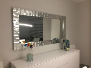 Enmarcar cuadros en madrid precios taller marcos artesania for Marcos de espejos modernos
